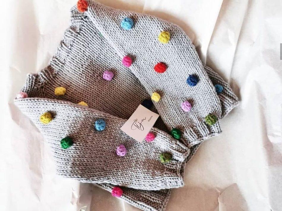 Attēlā adīts bērnu džemperis