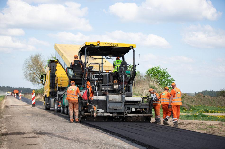 Ceļu asfaltēšanas tehnika ar ceļu būvniekiem asfaltē ceļu