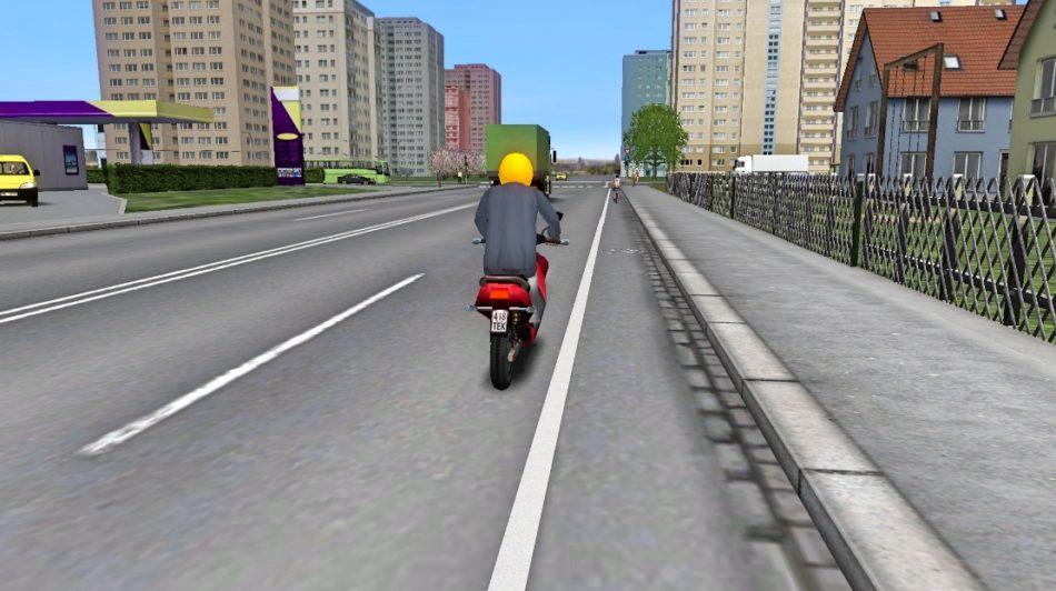 Mopēdists brauc pa ielu ar mopēdu.