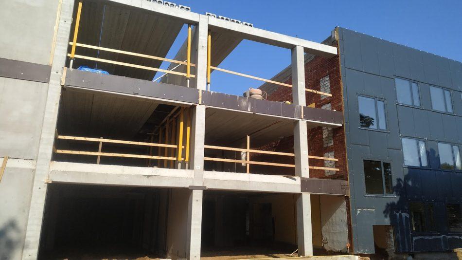skolas ēka būvniecības procesā
