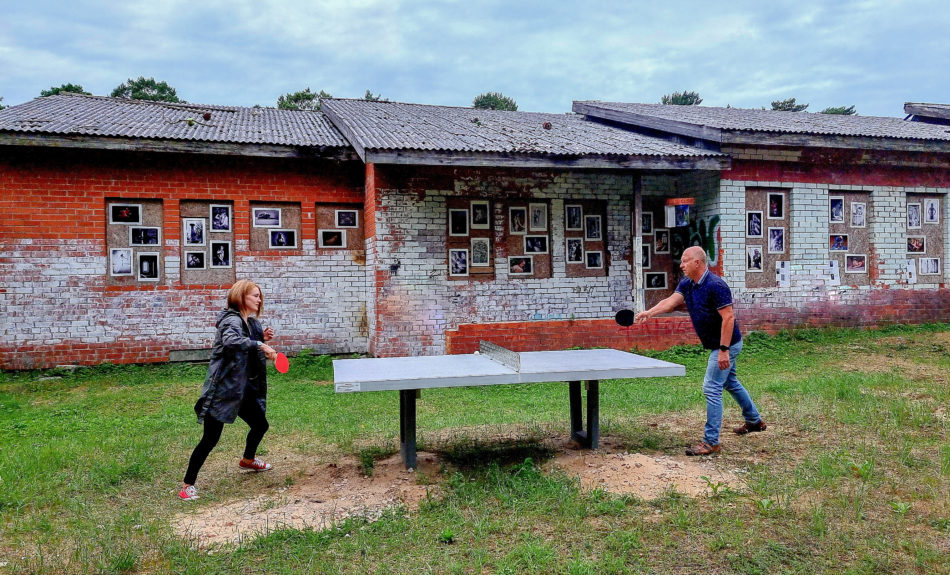 divi cilvēki spēlē galda tenisu